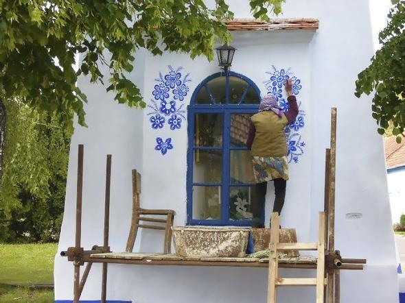 90 yaşındaki kadın köyü sanat galerisine çevirdi